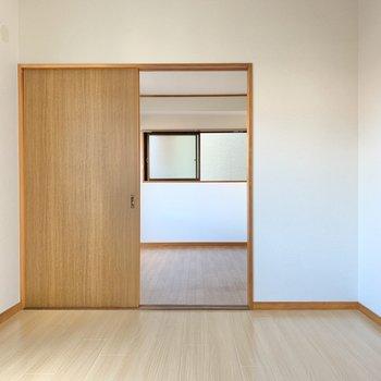 【DK】洋室は引き戸で仕切るタイプ。お料理のにおい対策もササッとできちゃうのが嬉しい!