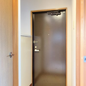玄関はコンパクト。靴箱付き。