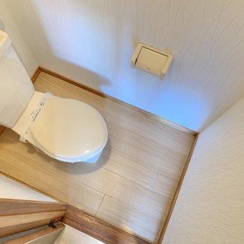 トイレはコンパクト!タオル掛けもありましたよ〜!