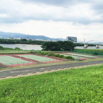 北側には、淀川河川公園。テニスもサッカーもBBQも出来るんだとか!帰りしなには銭湯で行きたいもんですね
