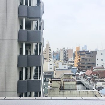 目の前の建物が見えます。