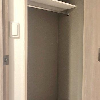 居室のクローゼットには長めのコートもかけられます。