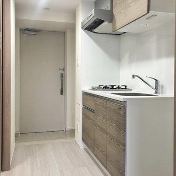 キッチンを見ていきましょう。右側には冷蔵庫を。