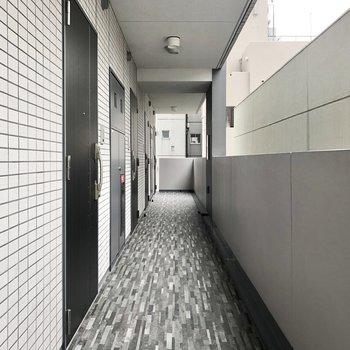 黒色で統一された共用スペース。