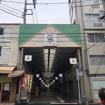 駅までの道のりにある佐竹商店街。