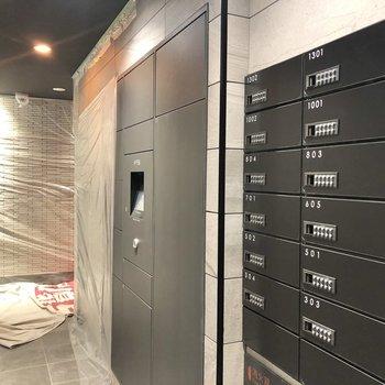 郵便ポストと宅配ボックスが完備されています。※写真は工事中のものです