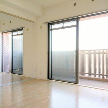 バルコニーいっぱいに窓!エアコンは全室設置可能です。