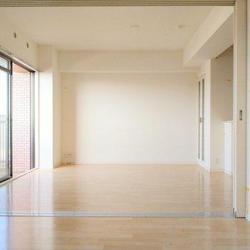 引き戸を開ければ広々とした空間に。開けて、洋室をリビングとして使ってもよさそう。