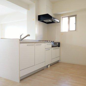 キッチン横には小窓も。後ろに冷蔵庫置いても通路幅十分!