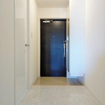 玄関前のスペースも広々。お客様呼びたくなるな。