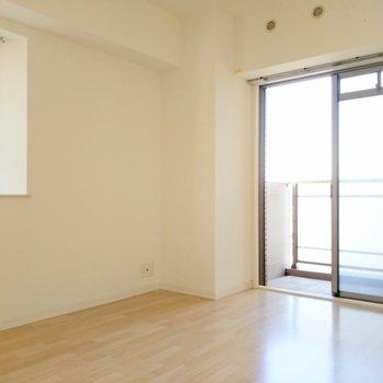 玄関横の洋室は2面窓。風通しがよくて気持ちいいから寝室にもピッタリ!