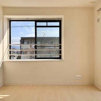 上階の洋室も2面採光。(※写真は清掃前のものです)