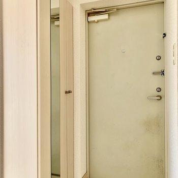 下階へ降りて玄関へ。玄関扉はダブルロック。(※写真は清掃前のものです)