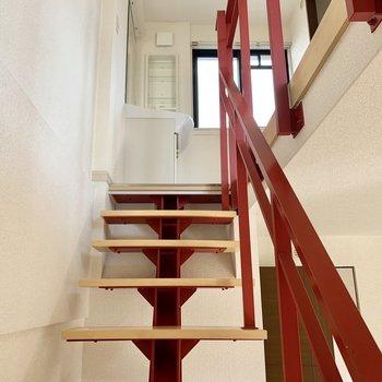 上階へ。安定感ある階段です。(※写真は清掃前のものです)