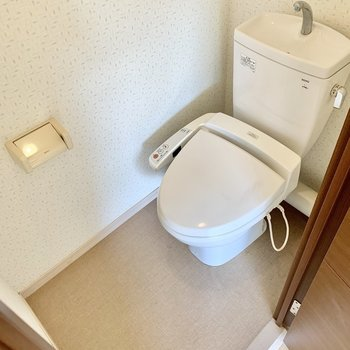 階段横にはトイレがありました。ウォシュレット付き!(※写真は清掃前のものです)