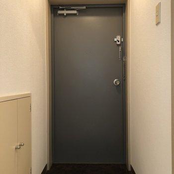 玄関は1人暮らしだと十分なスペース。