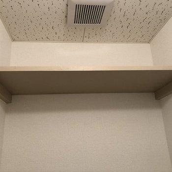 頭上の棚に日用品を収納しましょう。
