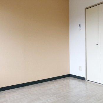 【洋室】ホワイトがかったフロアも清潔感がありますね。