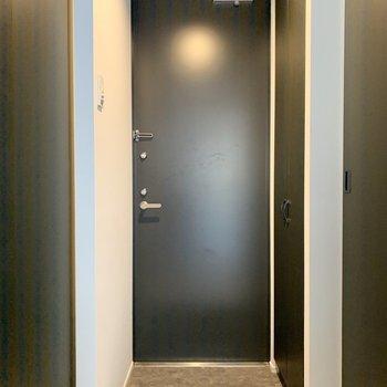 廊下は狭め、コンパクトな玄関です。※写真は2階の同間取り別部屋のものです