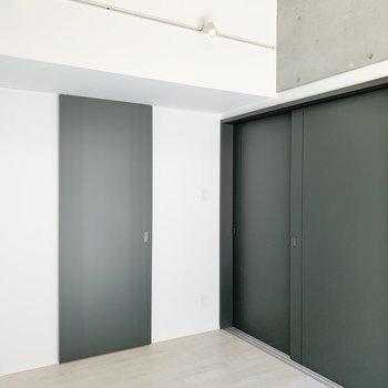 【西側洋室】天井もコンクリで清々しいですよ。※写真は2階の同間取り別部屋のものです