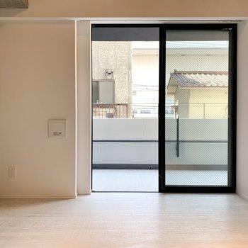 【東側洋室】寝るだけのスペースとしてベッドもダブルサイズでも。※写真は2階の同間取り別部屋のものです