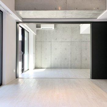 【西側洋室】続いて、リビングの反対側へ。※写真は2階の同間取り別部屋のものです