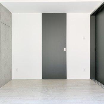 【西側洋室】家具も自分好みに合わせることができますね。※写真は2階の同間取り別部屋のものです