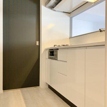 広々とした空間で料理もしやすいです。※写真は2階の同間取り別部屋のものです