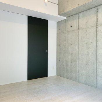 【東側洋室】こちらも天井高め。※写真は2階の同間取り別部屋のものです