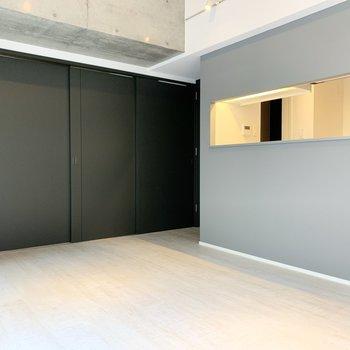 【LDK】ダイニングテーブルはキッチン前に置くと良さそう。※写真は2階の同間取り別部屋のものです