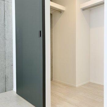 【西側洋室】ウォークインクローゼットはこちらにも。※写真は2階の同間取り別部屋のものです