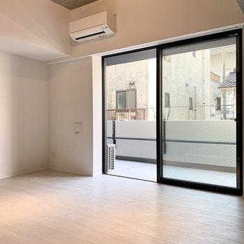 【LDK】天井高めで開放的です。※写真は2階の同間取り別部屋のものです