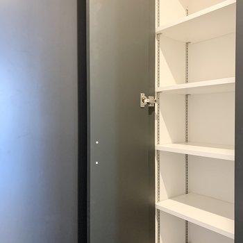 シューズボックスは可動式です。※写真は2階の同間取り別部屋のものです