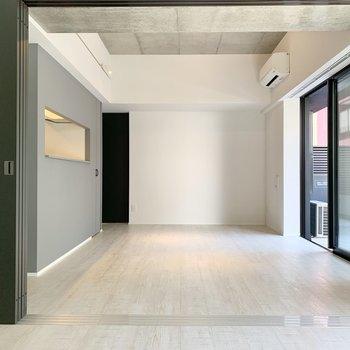 【LDK】リビング奥は寝室かな。※写真は2階の同間取り別部屋のものです