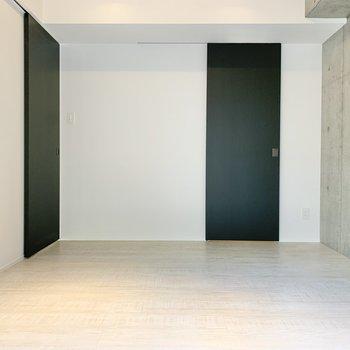 【東側洋室】雑貨やドライフラワーを飾って、空間を華やかに。※写真は2階の同間取り別部屋のものです