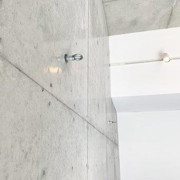 【西側洋室】フックを活用して棚も自作できますよ。※写真は2階の同間取り別部屋のものです