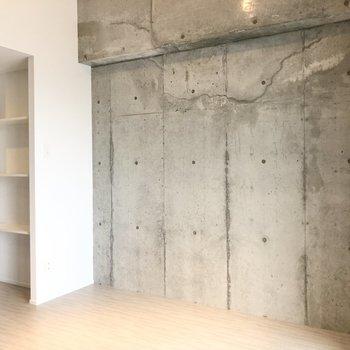 反対側の壁もコンクリート。キッチン横には多目的に使える棚があります。