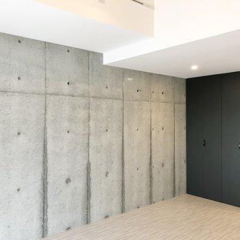 壁は両面コンクリート打ちっ放し。