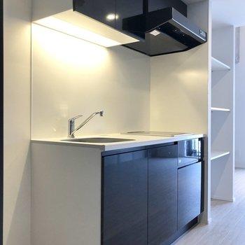 シンプルですっきりとしたデザインのキッチン。