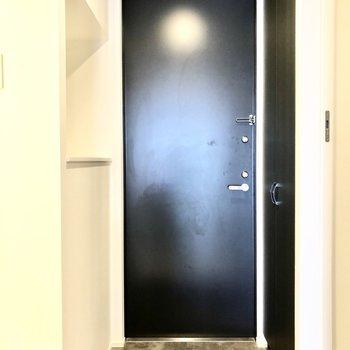玄関横の窪んだスペースは飾り棚に使えそう。