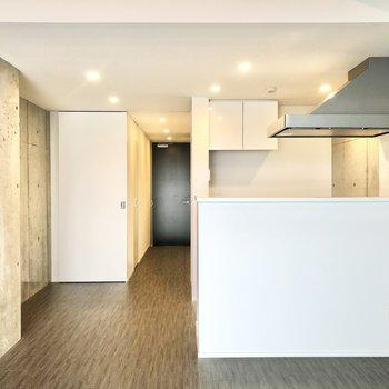カウンターキッチンはシンプルでお部屋になじむデザイン。
