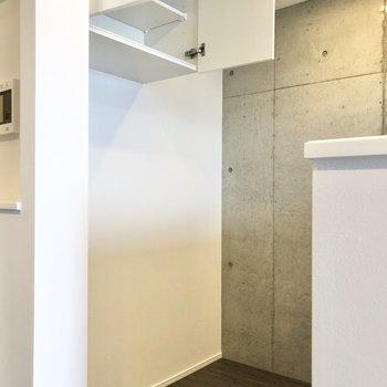 背面には扉付きの棚が。冷蔵庫や電子レンジなどを置けるスペースもあります。