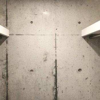 廊下には左右に奥行きがあるウォークインクローゼットがあります。