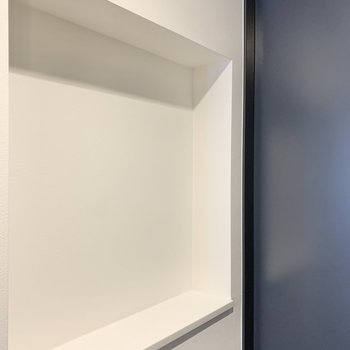向かいのスペースにはお気に入りの雑貨を。※写真は2階の同間取り別部屋のものです