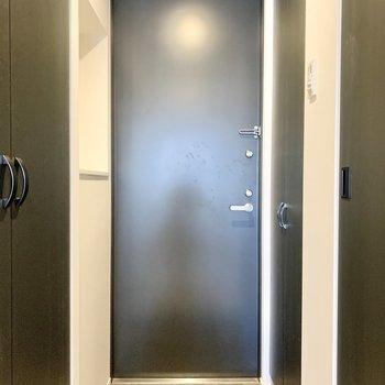 玄関は座って靴が履けそう。※写真は2階の同間取り別部屋のものです