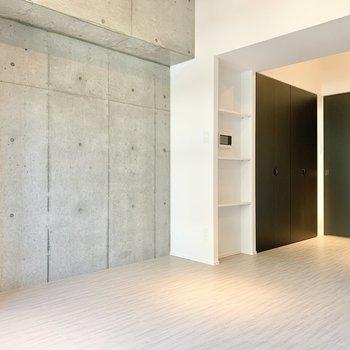 ベッドは収納側の壁沿いに。※写真は2階の同間取り別部屋のものです