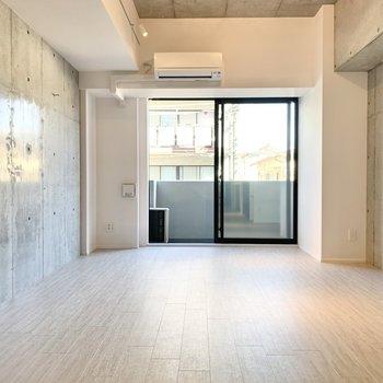 壁は両面がコンクリート!※写真は2階の同間取り別部屋のものです