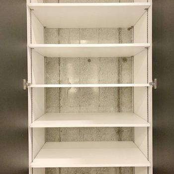キッチン横には可動式の棚も。※写真は2階の同間取り別部屋のものです