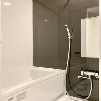 浴室乾燥機付きのバスルーム。※写真は2階の同間取り別部屋のものです