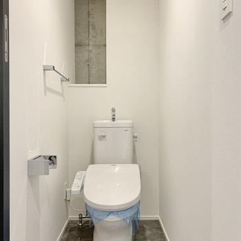 トイレは奥にペーパーがストックできますよ。※写真は2階の同間取り別部屋のものです